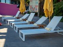 Eine Reihe Pools des Recliner des im Freien sitzt dem Sitzen an einem Erholungsort im Freien vor lizenzfreie stockfotografie