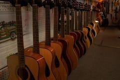 Eine Reihe von Akustikgitarren für Verkauf lizenzfreie stockfotos