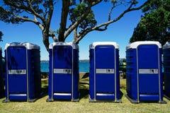 Eine Reihe von blauen Toilettenzellen an einem Ereignis im Freien stockbild