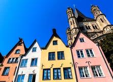 Eine Reihe von bunten Häusern auf den Banken des Rheins in Köln, Deutschland Lizenzfreies Stockfoto