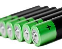 Eine Reihe von fünf grünen Finger-artigen Batterien der AA-Größe auf einem weißen Hintergrund Stockbilder
