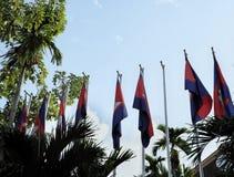 Eine Reihe von Fahnenmasten mit Flaggen von Kambodscha auf dem Hintergrund eines klaren Himmels Windstiller sonniger Tag stockfoto
