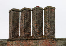 Eine Reihe von Kaminen auf Tudor-Gebäude Stockfotos