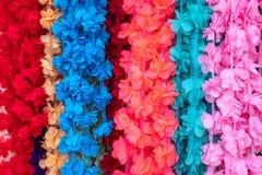 Eine Reihe von klar bunten hängenden künstlichen Blumen lizenzfreies stockfoto