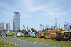 Eine Reihe von Lebensmittel-LKWs im Park für Unabhängigkeitstag Manhattan-Skyline WTC im Hintergrund Stockfotografie
