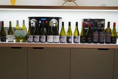 Eine Reihe von leeren Weinflaschen lizenzfreie stockbilder