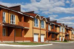 Eine Reihe von neuen Häusern in einem Vorstadtdorf an einem sonnigen Tag lizenzfreies stockfoto