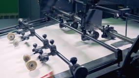 Eine Reihe von Papierblättern geht entlang den Fabrikförderer stock video