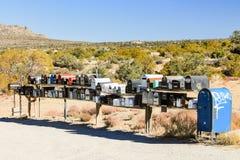 Eine Reihe von Postkästen währenddessen zum Palm Springs Stockbilder