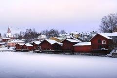 Eine Reihe von roten Hütten in Porvoo, Finnland Stockbild