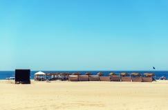 Eine Reihe von sunbeds an einem Strandurlaubsort negativer Raum perfekt für t Lizenzfreies Stockfoto