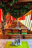 Eine Reihe von Tabellen in einem Café auf einem Kreuzschiff Lizenzfreies Stockfoto