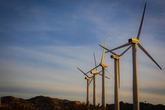 Eine Reihe von Windkraftanlagen mit Kopien-Raum Lizenzfreie Stockfotografie