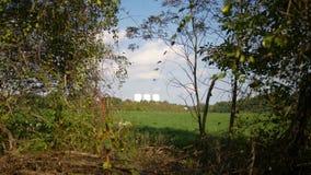 Eine Reihe Wassertürme, wie von einer großen Entfernung gesehen stock footage