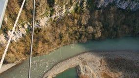 Eine reine Spekulation eines bungy Sprunges des nicht identifizierten Mannes weg von 207 m eine Stahlhängebrücke stock video footage