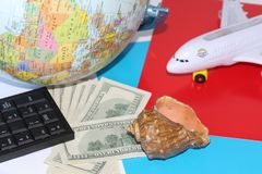 Eine Reise auf der ganzen Welt planen Am Feiertag mit der ganzen Familie lizenzfreie stockfotografie
