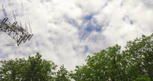 Eine Reise auf einer Straße entlang einigen Stromleitungen mit einem cloudly Himmel und einigen Bäumen Der Himmel und die Bäume b stock footage