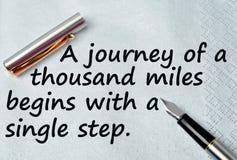 Eine Reise von tausend Meilen fängt mit einem Einzelschritt an Stockbild