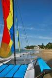 Eine Reise zum Paradies durch ein Segelbootkatamaran Stockfotografie