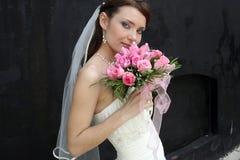 Eine reizende Braut mit Blumenstrauß Stockfoto