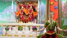 Eine reizende junge Frau im Kostüm des traditionellen Tanzes stock video