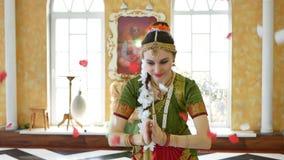Eine reizende junge Frau im Kostüm des traditionellen Tanzes stock footage