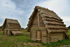 Eine Replik eines alten slawischen Dorfs stockbilder