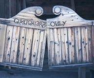 Eine Revolverheld-nur hölzerne schwingsaal-Tür Stockfotografie