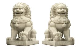 Eine riesige chinesische L?westeinskulptur lokalisiert auf wei?en Hintergr?nden lizenzfreie stockbilder