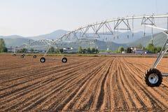 Eine riesige Sprayberieselungsanlage, zum eines eben gepflogenen Feldes 613 zu bewässern Lizenzfreie Stockfotografie