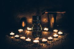 Eine Ritual-Halloween-Hexereiszene mit tiki Statue auf dem rustikalen Hintergrund stockfoto