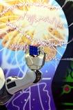 Eine Roboterhand, die einen Rubik-` s Würfel mit dem abstrakten Hintergrund hält Stockbilder