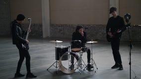 Eine Rockgruppe, die eine Wiederholung hat Abstimmen ihrer Instrumente stock footage