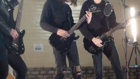 Eine Rockgruppe, die eine Wiederholung hat Gitarristen, die ihre Rollen spielen stock footage