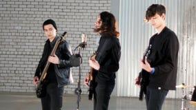 Eine Rockgruppe, die eine Wiederholung hat Gitarristspielen stock video