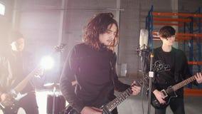 Eine Rockgruppe, die eine Wiederholung hat Gitarristspielen stockbilder