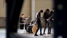 Eine Rockgruppe, die eine Wiederholung hat stock footage