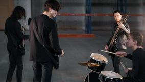 Eine Rockgruppe, die eine Wiederholung hat stock video footage