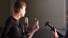 Eine Rockgruppe, die eine Wiederholung hat Musikerblick auf einander stock video footage