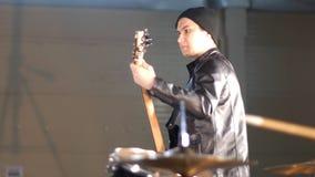 Eine Rockgruppe, die eine Wiederholung hat Schlagzeuger auf dem Vordergrund stock video