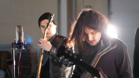 Eine Rockgruppe, die eine Wiederholung im großen Raum hat stock video