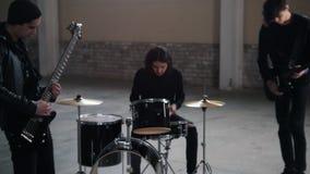 Eine Rockgruppe, die eine Wiederholung im gro?en Raum hat stock footage