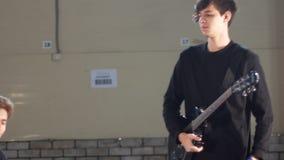 Eine Rockgruppe, die zur Wiederholung fertig wird stock video footage