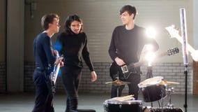 Eine Rockgruppe, die zur Wiederholung im Hangar fertig wird stock video footage