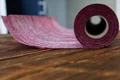 Eine Rolle des Handwerksmaterials vom Filz für Hauptnäharbeit liegt im Seminar über Kiefernbretter lizenzfreie stockfotografie