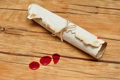 Eine Rolle von Papier binden oben mit Seil und Blutstropfen Stockfotos