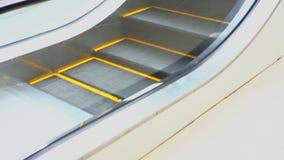 Eine Rolltreppe zum Vorteil der Leute im Mall bewegt sich, Schritte mit einem orange Entwurf zur Sicherheit stock video footage