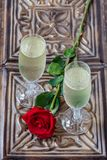 Eine romantische Feier für zwei mit Champagner stockfotos
