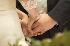 Eine romantische Hochzeitszeremonie lizenzfreie stockfotos