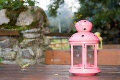 Eine rosa rustikale Lampe stockfotos